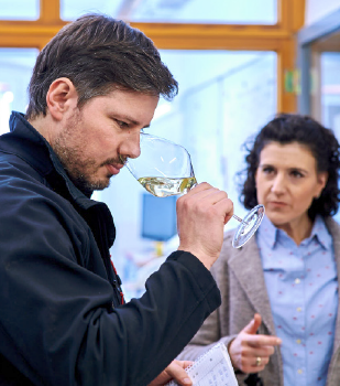 Kellermeister Sascha Huber und Direktorin Bärel Weinert, Weingut Prinz von Hessen